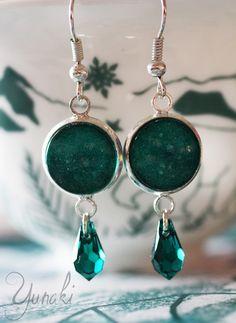 Boucles d'oreilles pendantes cabochons vert et cristal