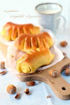 Every Cake You Bake: rogaliki dyniowe z orzechami Vegan Sweets, Bread Rolls, Croissants, Soul Food, Hot Dog Buns, Bakery, Brunch, Pumpkin, Meals