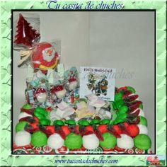 Tarta  de chuches Navidad: incluye gran muñeco de Papa Noel tipo marshmallow, árbol de chocolate de Navidad y una selección de las mejores gominolas y chuches. ELABORADA 100% SIN PALILLOS. Disponibles en Tu casita de chuches.