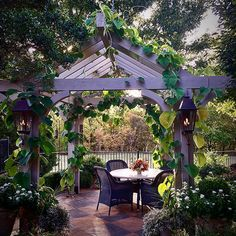 Never underestimate the seasonal pleasure of #dining #alfresco. Especially under a #vine wrapped #pergola designed by a #friendofmine This handsome example was stained to match the trim of the owner's #home. The electric #lanterns hanging on the posts completes the #charming #outdoor #vignette. #gardens #gardendecor #gardendesign #lindavater #growyourown #gardensofinstagram #charming #gooddesign #romantic