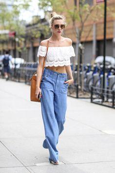 Style casual estival avec un jean fluide et large et un top bandeau à volant blanc