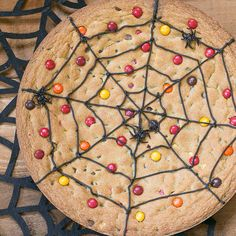 My chocolate chip cookie loving family, thought this GIANT cookie, AKA Spiderweb Cookie Cake was a genius idea! Perfect for all things Halloween! Halloween Desserts, Fete Halloween, Halloween Festival, Halloween Cookies, Easy Halloween, Halloween Treats, Halloween Recipe, Haunted Halloween, Healthy Halloween