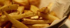 Pastinaakfrietjes met humus en groene tahinsaus