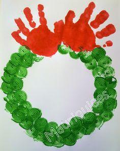 Mãos na coroa de Natal