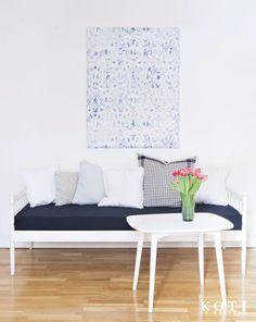 Olohuone piristyy tyylikkäillä tee itse -vinkeillä. Ompele päällinen vanhan sohvan patjaan ja päällystä styroksilevystä sisustustaulu.