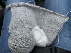 Veras vest - få gratis strikkeopskrift her - Strikker. Drops Design, Drawstring Backpack, Knitting Patterns, Throw Pillows, Blog, Sweater, Fashion, Moda, Knit Patterns