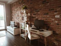 biurko, cegła na ścianie, białe biurko