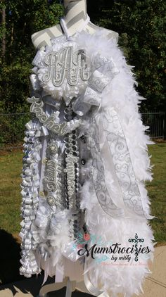 homecoming mums diy Homecoming Mum White and Silver beauty. Feathers, bling and glitz, Custom Cut Lettering. Homecoming Mums Senior, Homecoming Flowers, Football Homecoming, Homecoming Garter, Homecoming Spirit, Prom, How To Make Mums, How To Make Braids, Texas Mums