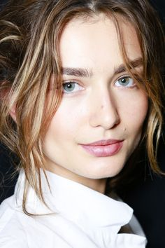 Andreea Diaconu au backstage du défilé Michael Kors printemps-été 2014 www. Natural Beauty Tips, Beauty Advice, Beauty Care, Natural Makeup, Beauty Makeup, Beauty Hacks, Hair Makeup, Hair Beauty, Beauty Skin