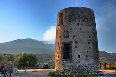 Trecastagni (CT) - Forte mulino a vento e l'Etna sullo sfondo