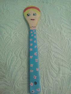 Muñeca hecha con cuchara de madera