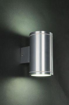 wandlamp 70216:Een mooie vol aluminium buiten- en binnen-wandlamp. Aan de onderkant en bovenkant wordt de cilinder afgedicht met een mat glaasje waardoor een leuk effect op de muur ontstaat. Geschikt voor achterzijde bedrading.   Door het hoge afwerkingsniveau ook prima geschikt voor binnenshuis.
