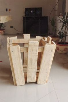 """""""Decoy construcción"""" furniture with recycled pallets Wood Projects For Beginners, Scrap Wood Projects, Pallet Projects, Pallet Ideas, Wood Ideas, Diy Pallet Furniture, Recycled Furniture, Cedar Playhouse, Palette Diy"""