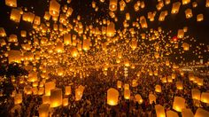 A spectacular scene unfolds every year at the Yi Peng Festival in Chiang Mai, northern Thailand, when thousands of candle-lit paper lanterns are released into the sky. Japanese Paper Lanterns, Paper Lantern Lights, Floating Lanterns, Sky Lanterns, Candle Lanterns, Chiang Mai, Halloween Facts, Lantern Festival, Festivals Around The World