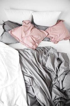 Minimalistisches Schlafzimmer mit hellen Farbtönen #schlafzimmer #bedroom #interiordesign #einrichtungsideen #bedroominspiration