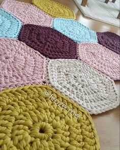 Great pic of crochet rug! Loom Knitting, Knitting Patterns, Crochet Patterns, Crochet Carpet, Crochet Home, Crochet Baby Hats, Crochet Yarn, Crochet T Shirts, Rugs And Mats