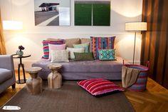 Viele Kissen in vielen Farben hauchen den schlichten Möbeln in einem Wohnzimmer Leben ein! #pillows #livingroom #colorful #colors