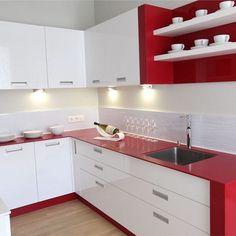 Красно белая кухня одновременно может Вас успокоить, что характерно для белого цвета, и может поднять настроение (красный цвет)