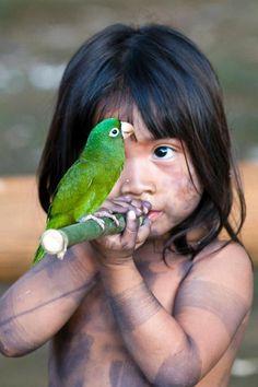 Amazonas, Verde y Miel  Mírame.  Soy una vida que respira en el bosque que desdeñas. Soy la viva imagen de un sueño en el curso errante del río Amazonas. En mi nace  y muere el ultimo el ultimo refugio verde de la Madre Naturaleza, el sol y la fauna silvestre, el árbol insigne de mi patria salvaje, el oxigeno  vital para las generaciones que habitan este espacio en el tiempo que llamamos mundo....  Cristhian Espinoza. Foto:Mario Villela