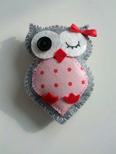 Cute owls to sew with felt Felt Owls, Felt Birds, Fabric Crafts, Sewing Crafts, Sewing Projects, Felt Christmas Ornaments, Christmas Crafts, Owl Ornament, Felt Patterns