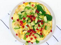 Omelet met een twist | Als je aan de slag gaat met left overs komen de beste creaties op tafel. Dit keer een omelet met bosui, courgette, oranje paprika, bacon, avocado, granaatappelpitjes & munt. Een hele goede combinatie al zeg ik het zelf!