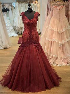 Dieses Abenkleid Modell Alessandra ist ein Meerjungfrau-Schnitt in einem Wunderschönen Bordeaux.