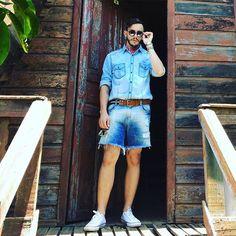 Me senti caçando dinossauro com este look. Inspirado no filme Jurassic Park, optei por misturar tons de jeans e um acessório chave: #bandana (ainda viciado rs'). . . . . #modamasculina #moda #acessorios #boy #machomoda #lookdoleitormm #style #estilomhm #beard #mineirouai #homem #homemmoderno #lookddodia #lookmasulino #bermudamasculina #cute #man #me #jurassicpark #converse #converseallstar #lookdehombre #lookdodiabrasil