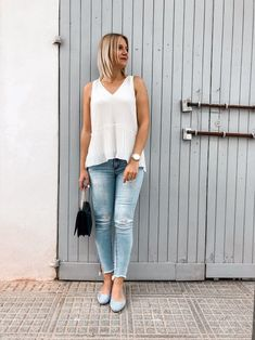 Outfit-Idee im Sommer mit weißer Bluse, Jeanshose und Ballerinas Heutiges Outfit, Bluse Outfit, Fashion Weeks, Ballerinas, Denim Look, Normcore, Outfits, Streetstyle, Beauty