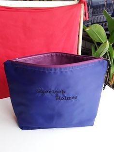 315  trousse de toilette pour homme en nylon bleu violet broderie Sherlook Holmes en noir doublée toile enduite 1 poche se ferme avec zip de la boutique AufemininCreations sur Etsy