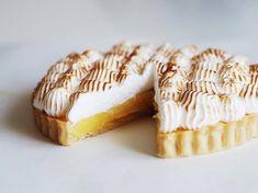 Fudgy chokoladekage med cookie dough og mælkechokoladeganache - The Food Factory Good Food, Yummy Food, Pudding Desserts, Bakery Cakes, Delicious Chocolate, Food Cravings, Cake Cookies, No Bake Cake, How To Make Cake