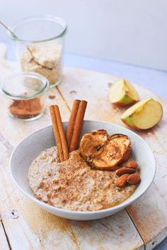 Ben je op zoek naar een snel en gezond ontbijt? Probeer dan vooral deze appeltaart havermout. Alsof je een appeltaart puntje als ontbijt eet! Het recept voor dit gezonde ontbijt recept vind je nu online.
