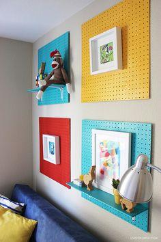 Una idea colorida y divertida para el cuarto de los niños. Unos tableros perforados que sirven como arte y como una solución para mostrar jueguetes y otras cosas especiales.