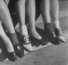 FROM LEFT: Flats, Penny Loafers and Saddle Shoes. Must own footwear for girls. Vintage Fur, Vintage Shoes, Retro Shoes, Penny Loafers, Baile Jazz, 1950s Shoes, Maleficarum, Tap Shoes, Dance Shoes