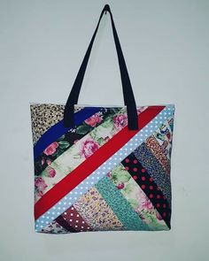 Most of the most popular bags do not meet a certain aesthetics this season. Quilted Tote Bags, Patchwork Bags, Quilt Making, Bag Making, Bag Quilt, Artisanats Denim, Fabric Bags, Fabric Basket, Sewing Patterns