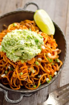 Spicy Roasted Sweet Potato Spirals with Guacamole ~ An amazingly delicious meatless dinner or appetizer with crispy sweet potatoes coated in garlic & chili powder and topped with a zesty guacamole! Crispy Sweet Potato, Sweet Potato Noodles, Roasted Sweet Potatoes, Sweet Potatoes Spiralized, Recipe Using Cucumbers, Spicy Recipes, Healthy Recipes, Healthy Meals, Healthy Eating