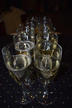 Šampaňské víno bylo připravené. White Wine, Alcoholic Drinks, Glass, Alcoholic Beverages, Drinkware, White Wines, Liquor, Glas, Mirrors