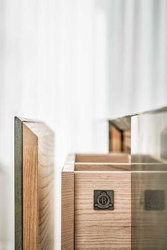 Kök i grön marmor | Ballingslöv Varje del i dessa kök är genomtänkta på detaljnivå för att tillfredsställa våra sinnen. Som inredningen med lådor tillverkade i samma vitpigmenterade ask som bäraren. Dessa hantverksmässigt tillverkade lådor är inga undantag. Dream Furniture, New Furniture, Furniture Design, Kitchen Furniture, Joinery Details, Cabinet Door Handles, Furniture Handles, Mechanical Design, Modern Kitchen Design