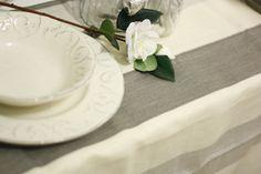 Elegantissima tovaglia in puro lino con fantasia rigata sui toni del grigio. Realizzazione artigianale di Artemisia ʚϊɞ