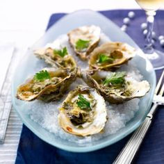 Huitres gratinées au vin blanc et basilic - Recettes - Cuisine française Scalloped Oysters, Oyster Recipes, Mussels, French Food, Scallops, Clams, Fish And Seafood, Seafood Recipes, Baked Potato