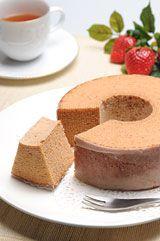 いちごバウムクーヘン (Strawberry Baumkuchen)  I really wished they could ship it to the U.S!  I miss these soooo much this time of year!