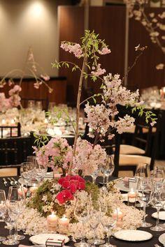 日本の春の代表であるしだれ桜を枝ごと飾り、その周りにもふんだんに桜をあしらうことで、「春らんまん」というテーマをフォトジェニックに表現。