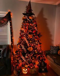 elegant halloween decor Looking for DIY Indoor Halloween Decor Ideas? Here you'll find some of the Best & incredibly unique Halloween Indoor Decoration Ideas. Check them out now Spooky Halloween, Halloween Christmas Tree, Halloween Entryway, Halloween Living Room, Halloween Bedroom, Modern Halloween, Halloween Home Decor, Christmas Trees, Halloween Party