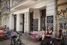 4. Ohlala Das Ohlala ist ein kleines Paradies für Vegetarier, Veganer und Glutenfeinde. In dem kleinen französischen Café könnt ihr samstags und sonntags ab 11 Uhr brunchen, aber auch ein Besuch unter der Woche für ein Stück Kuchen oder einen Crêpe lohnt sich sehr. Die Auswahl wechselt ständig und auch beim Brunch gibt es neben Süßem auch Herzhaftes. Ohlala | Mainzer Straße 18, 10247 Berlin | Montag – Freitag: 12.00–19.00 Uhr, Samstag & Sonntag: 11.00–19.00 Uhr
