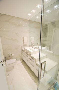 Banheiro suite com porcelanato Calacata