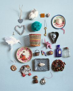 photograph a neatly-arranged collection of little things >> by luci everett (via thedesignfiles)