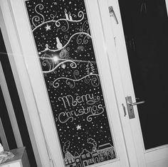 kerstversiering-raam-krijtstift-1 All Things Christmas, Winter Christmas, Christmas Home, Christmas Crafts, Simple Christmas, Painting On Glass Windows, Christmas Window Decorations, Chalk Markers, Window Art