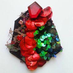 """Brooch """"Expression"""". Можно посмотреть и купить на выставке """"Бижутерия от винтажа до наших дней"""" с 25 по 28 февраля,  ТВК Тишинка. Стенд @pro.vintage , место 111А, красный сектор. #broche #brooch #spilla #costumejewelry #bakhtiyor_baltabaev # red #lace #embroidery  #sequins #swarovski #bijoux #contemporaryartjewelry #contemporary"""