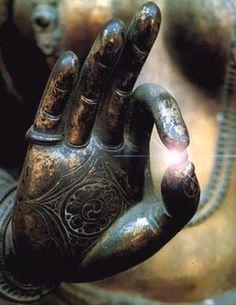 Vitarka-Mudrā, ou mudrā de l'enseignement et de l'argumentation. En position debout ou assise, la main droite est relevée au niveau de l'épaule et le pouce forme avec l'index un cercle, les autres doigts étant relevés. Le bras gauche est au niveau de la taille, la main effectuant le même geste ou parfois la paume tournée vers le haut. Cette mudrâ est particulièrement important dans la statuaire de Dvaravati.