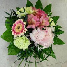 Tiistain kimppu Johannalle ♥ Tuesday's #bouquet to #Johanna ♥  #kukat #kukkakimppu #flowers #flowerofinstagram #instaflowers #flowerlover #blommor #pioni #peony #germini #inkalilja #alstroemeria #neilikat #carnations #naistenviikko #kukkakauppa #flowershop #kotka#suomi#finland