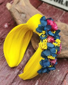 Yellow sinamay turban headband decorated with blue, pink and yellow natural preserved flowers. Contact us to customize yours - Turbantes diademas wedding veil photography Turbans, Turban Headbands, Fascinator Hats, Fascinators, Headpieces, Turban Style, How To Preserve Flowers, Diy Hair Accessories, Wedding Bridesmaids